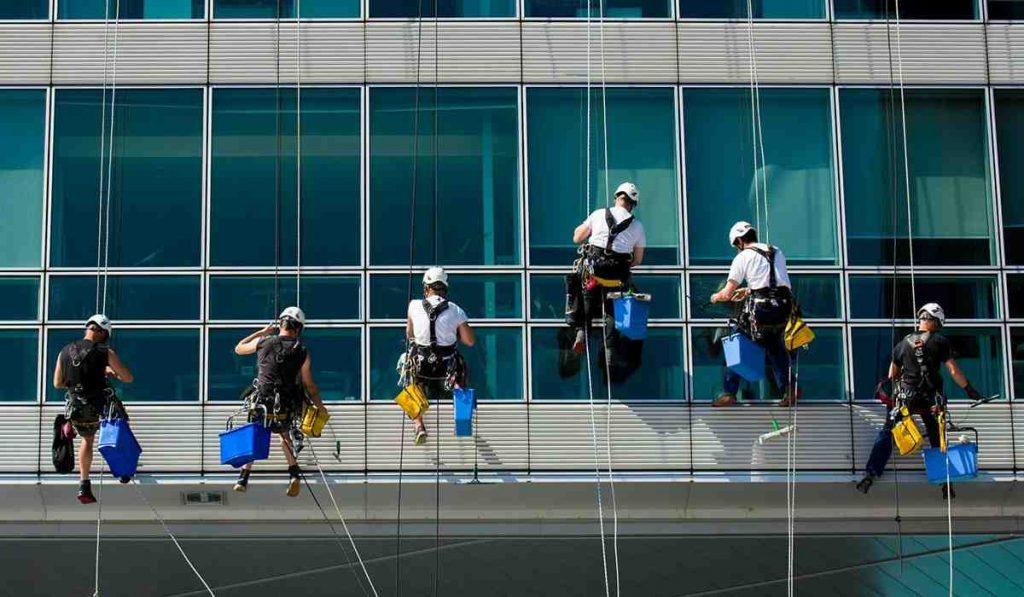 شستشوی نمای ساختمان شیشه ای